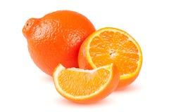 Mandarine ou Mineola de deux oranges avec des tranches d'isolement sur le fond blanc Images libres de droits