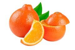 Mandarine ou Mineola de deux oranges avec les tranches et la feuille d'isolement sur le fond blanc Photographie stock