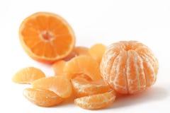 Mandarine und Scheiben auf Weiß Stockbild
