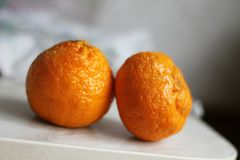 Mandarinen auf dem Tisch lizenzfreie stockfotografie