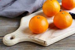 Mandarinen auf einem Brett Stockfotos