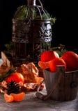 Mandarinen im Korb Ein getrennter Tannenkegel auf einem weißen Hintergrund Metallkäfig Lizenzfreies Stockfoto