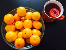 Mandarinen mit Tee Lizenzfreie Stockfotos
