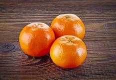 Mandarinen oder Tangerinen auf Holztisch Stockbilder