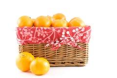 Mandarinen oder Tangerinen im Korb Stockfoto
