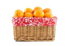 Mandarinen oder Tangerinen im Korb Lizenzfreie Stockbilder