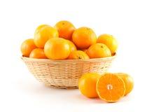 Mandarinen in und heraus der Korb Stockbild
