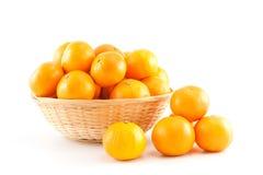 Mandarinen in und heraus der Korb Stockfotos