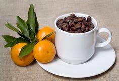 Mandarinen und Kaffee Lizenzfreie Stockbilder