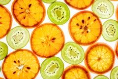 Mandarinen- und Kiwischeiben auf Weiß stockfoto