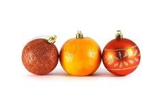 Mandarinen- und Weihnachtsdekorationsnahaufnahme auf einem weißen Hintergrund stockbild