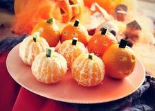 Mandarinen verziert als Halloween-Kürbise Lizenzfreies Stockfoto