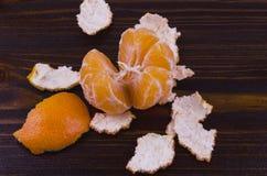 Mandarinen werden für Verbrauch auf einem hölzernen Hintergrund zugebereitet stockfoto