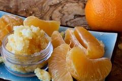Mandarinenlippe und -Körperpeeling Stockfoto