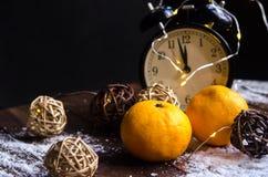 Mandarinennahaufnahme auf einer natürlichen Holzoberfläche gegen ein backgro Stockfotografie