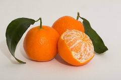 Mandarinenzitrusfrucht auf weißem Hintergrund Lizenzfreies Stockfoto