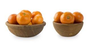 Mandariner i en träbunke med kopieringsutrymme för text Mogna och smakliga tangerin som isoleras på vit Clementines på en vit bac Royaltyfri Fotografi