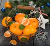 Mandariner i korgen och julpyntet Fotografering för Bildbyråer