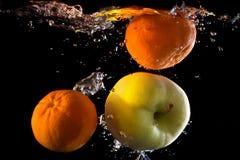 Mandariner i vattnet Arkivfoton