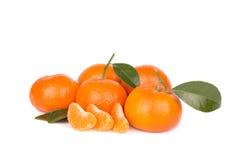 Mandariner med sidor och skivor som isoleras på vit Arkivfoto