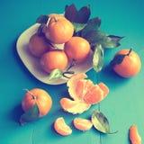 Mandariner på en blå träbakgrund Arkivfoton