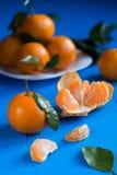 Mandariner på en blå träbakgrund Arkivfoto