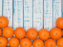 Mandariner på en trätabell Arkivbild