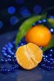 Mandariner på ett mörker - nytt år för blå bakgrund Royaltyfria Bilder