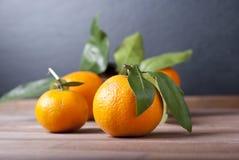 Mandariner på trätabellen Arkivbilder