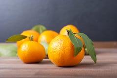 Mandariner på trätabellen Royaltyfri Fotografi