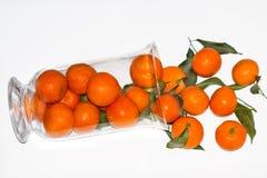 Mandarines är i en vaseon Vit bakgrund Arkivfoto