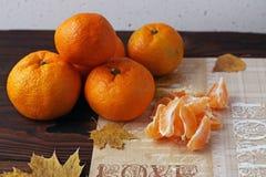 Mandarines épluchées et entières sur la vieille table en bois image libre de droits