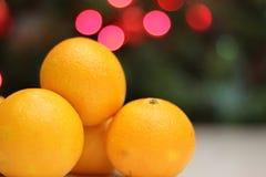 Mandarines amarillos brillantes en el árbol de navidad Foto de archivo