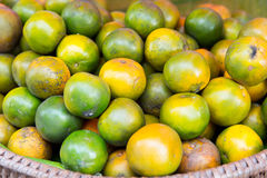 Mandarines au marché en plein air asiatique Images libres de droits