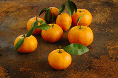 Mandarines avec des feuilles Photo stock