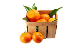 Mandarines avec des feuilles dans le panier d'isolement sur le fond blanc Photos stock
