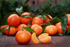 Mandarines avec des feuilles sur la surface en bois Image libre de droits