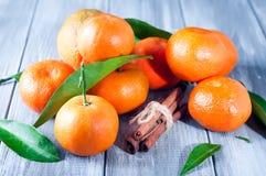 Mandarines avec des feuilles sur la table en bois Image libre de droits