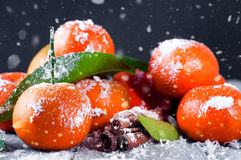 Mandarines avec des feuilles sur la table en bois Photographie stock libre de droits