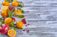 Mandarines avec des feuilles sur un fond en bois photo stock