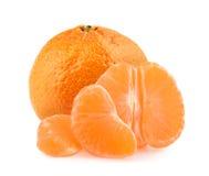 Mandarines avec des tranches d'isolement sur le fond blanc Photos libres de droits
