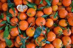 Mandarines avec un demi- partiellement épluchées Image libre de droits