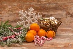 Mandarines, boîte-cadeau et bonbons, humeur de Noël Photographie stock libre de droits