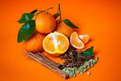 Mandarines con el fondo de la naranja de las especias Fotos de archivo