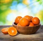 Mandarines dans la cuvette en bois Photographie stock libre de droits