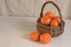 Mandarines dans le panier sur la droite, pièce pour le texte image stock