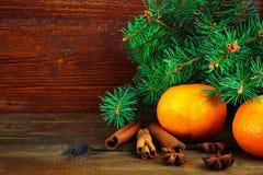 Mandarines dans les compositions en nouvelle année Image stock