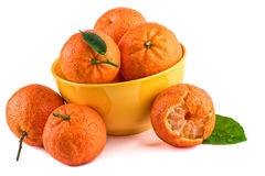 Mandarines de mandarines dans la tasse jaune d'isolement sur le blanc closeup Images libres de droits