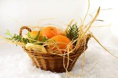 Mandarines de Noël dans un panier sur Noël Image stock