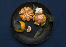 Mandarines de plat noir Photo libre de droits